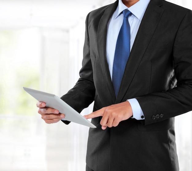 Photo d'un homme d'affaires à l'aide d'une tablette pc