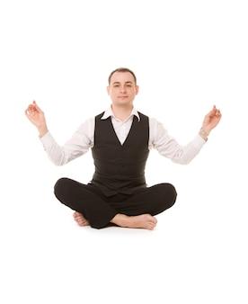 Photo d'homme d'affaires assis en posture de lotus