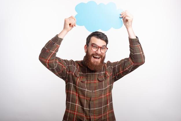 Photo d'un homme barbu heureux dans des verres tenant des nuages au-dessus de sa tête