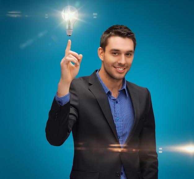 Photo d'un homme en costume avec une ampoule