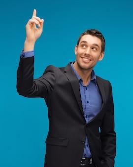 Photo d'un homme en costume avec son doigt vers le haut.