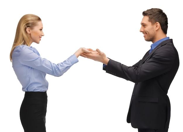 Photo d'un homme et d'une femme montrant quelque chose sur les paumes.