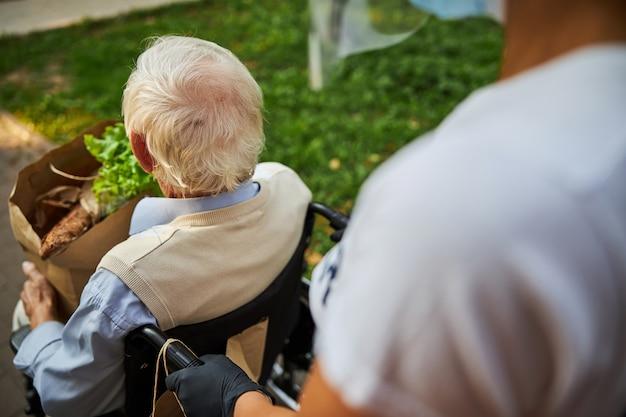 Photo d'un homme mûr passant du temps dans la maison de retraite