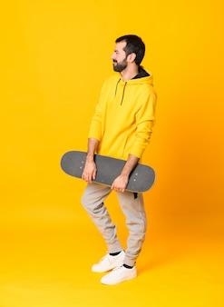 Photo d'un homme de patineur sur jaune isolé