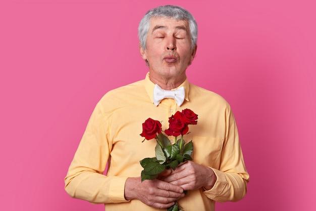 Photo d'un homme de race blanche senior aime recevoir des fleurs