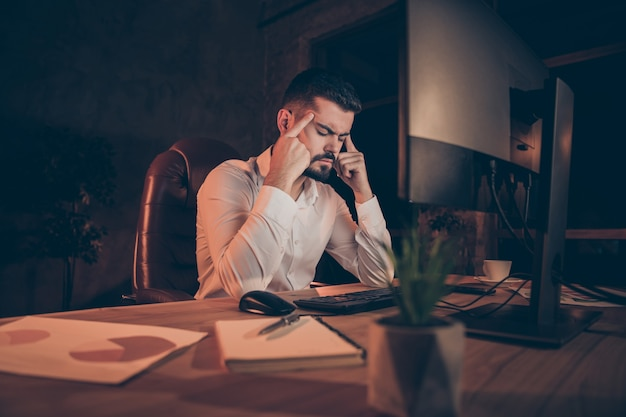 Photo d'un homme souffrant de maux de tête ressentant de la douleur