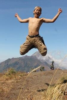Photo homme avec style sur la montagne