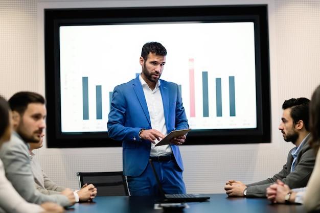 Photo d'hommes d'affaires participant à un séminaire dans la salle de conférence