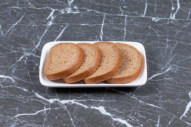 Photo horizontale de tranches de pain frais.