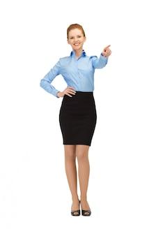 Photo d'une hôtesse souriante pointant son doigt
