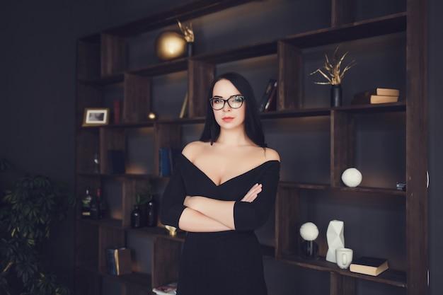 Photo d'intérieur de mode de femme magnifique