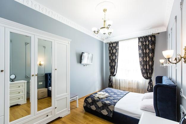 Photo intérieure d'une chambre avec un grand lit dans un style moderne