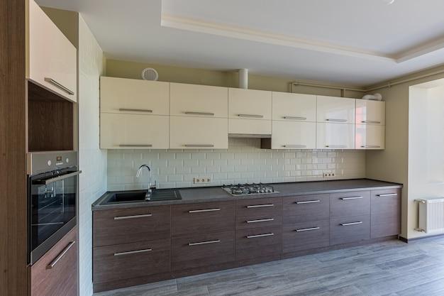 Photo intérieure de la cuisine dans des couleurs modernes blanches