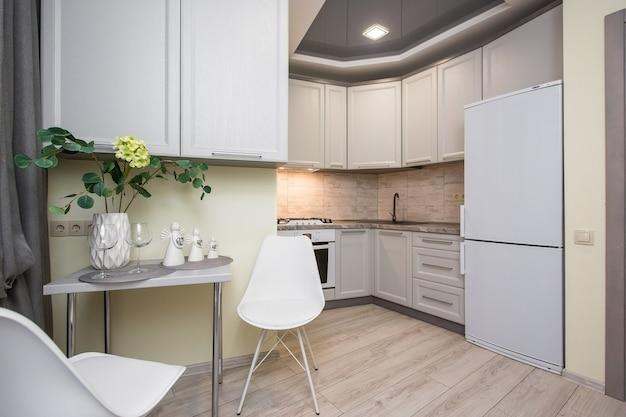 Photo intérieure de cuisine dans un style moderne de tons blancs