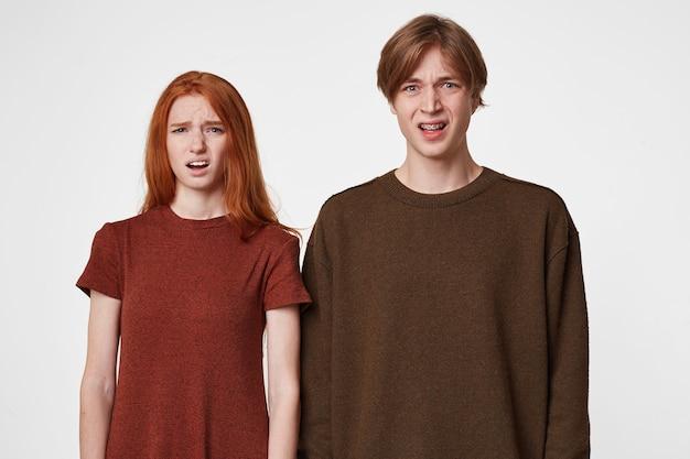 Photo intérieure de jeunes gars, garçon et fille, regardez dans la caméra