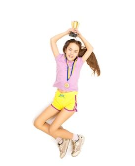 Photo isolée du point de vue élevé d'une fille heureuse sautant haut après avoir pris la première place en compétition
