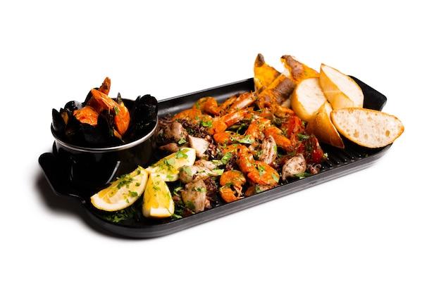 Photo isolée d'un ensemble de délicieux fruits de mer préparés.