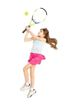 Photo isolée d'une fille brune heureuse jouant au tennis