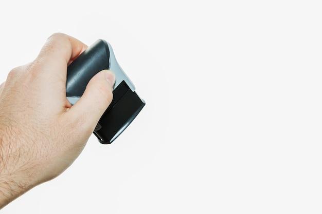 Photo isolée d'une personne tenant un timbre
