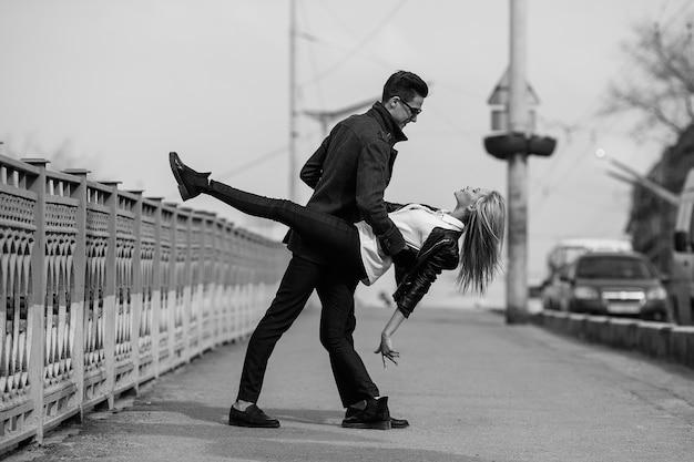 Photo d'un jeune beau couple dans la rue de la ville