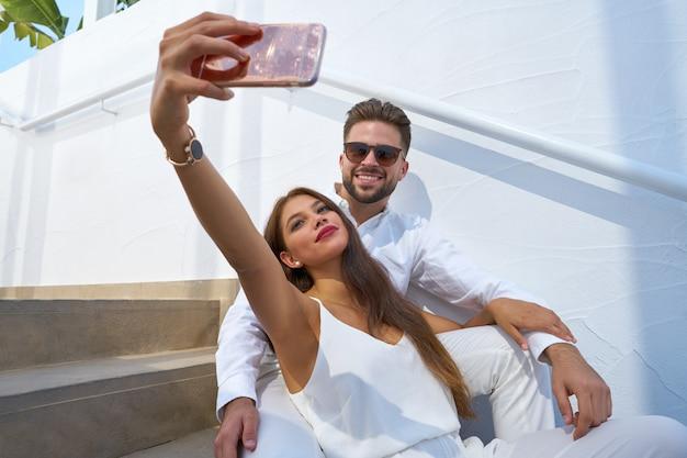 Photo de jeune couple selfie avec smarphone