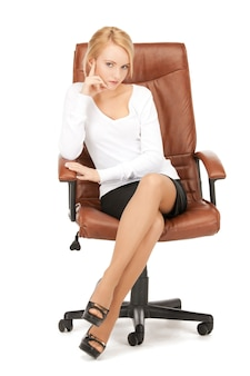 Photo de jeune femme d'affaires assise sur une chaise