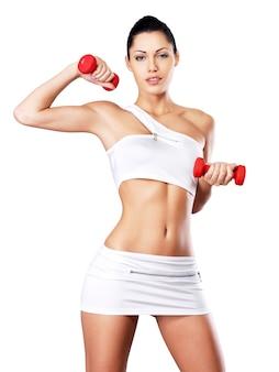 Photo d'une jeune femme en bonne santé avec des haltères. concept de mode de vie sain.