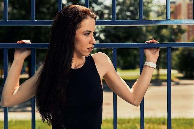 Photo de jeune femme européenne sur une séance d'entraînement de rue dans un parc de sports par une journée ensoleillée concept d'entraînement en plein air.