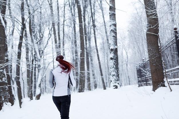 Photo de jeune femme qui court