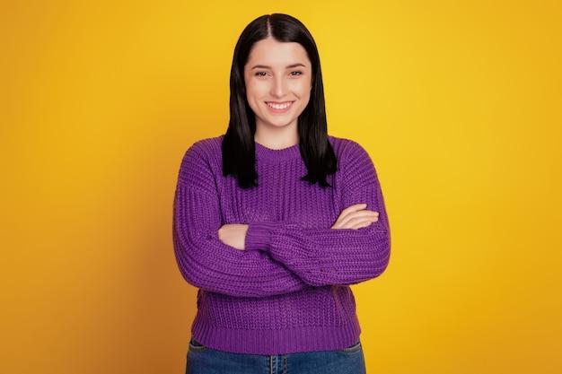 Photo de jeune femme séduisante heureux sourire positif confiant mains pliées isolées sur fond de couleur jaune