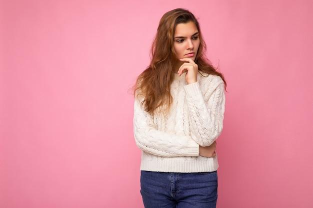 Photo de jeune femme séduisante de hipster caucasien dans des vêtements décontractés à la mode sexy femme insouciante
