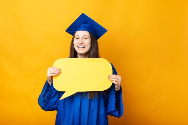 Photo de jeune femme souriante obtenant son diplôme et tenant une bulle de dialogue jaune vierge
