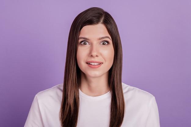 Photo de jeune femme surprise isolée sur fond violet