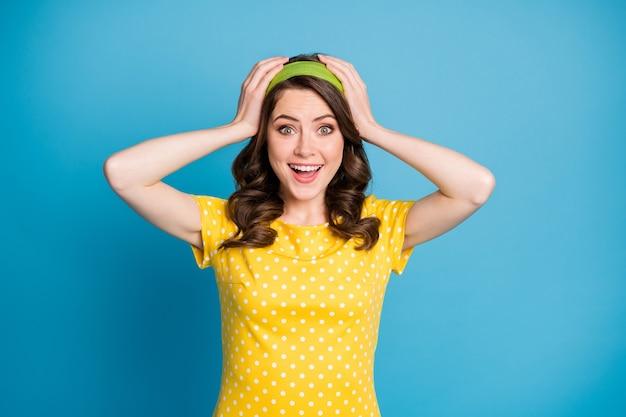 Photo d'une jeune fille folle étonnée toucher les mains tête crier fort isolé sur fond de couleur bleu