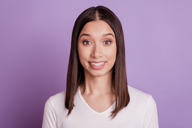 Photo de jeune fille gaie séduisante heureux sourire à pleines dents positif isolé sur fond de couleur violette