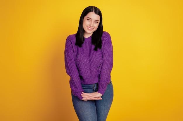 Photo de jeune fille joyeuse sourire positif heureux confiant porter une tenue décontractée isolée sur fond de couleur jaune