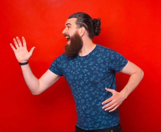 Photo d'un jeune homme barbu qui court, je suis en retard, concept urgent