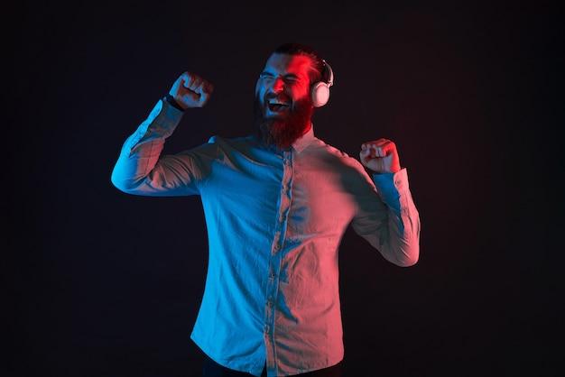 Photo de jeune homme hipster barbu écoutant de la musique