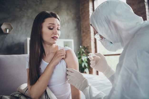 Photo d'une jeune patiente malade qui pleure, une femme malade se sent mal