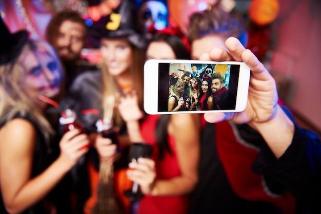 Photo de jeunes amis s'amusant à la fête d'halloween