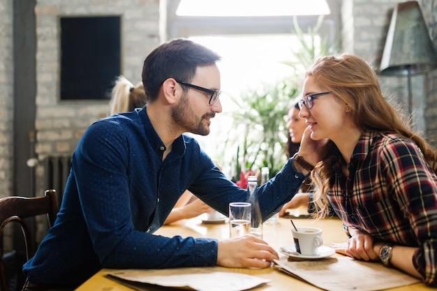 Photo de jeunes collègues d'affaires en pause au café