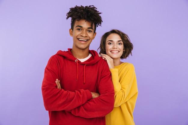 Photo de jeunes étudiants amis couple debout isolés.