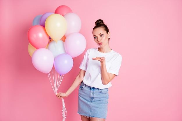 Photo de jolie dame adorable tenir de nombreux ballons à air célébration d'anniversaire envoyant des baisers aériens