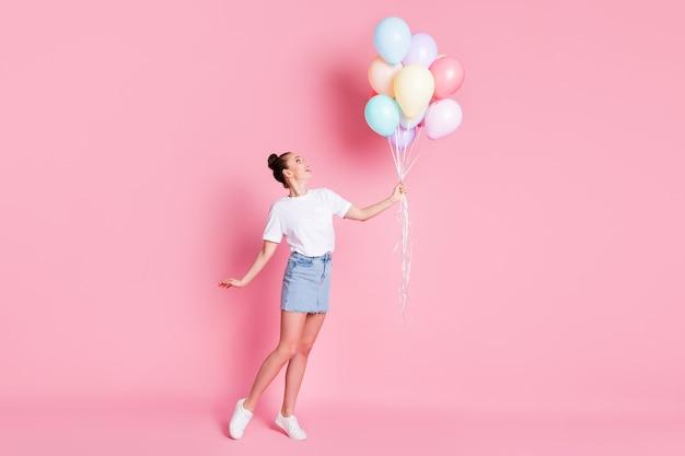 Photo de jolie dame jolie bonne humeur d'été tenir de nombreux ballons à air célébration d'anniversaire