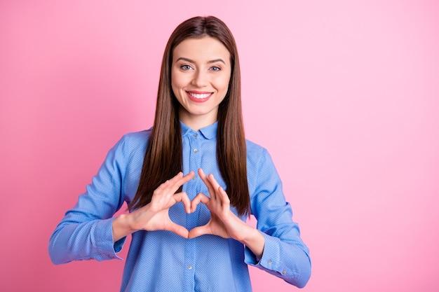 Photo de jolie dame montrant le symbole du coeur avec les bras