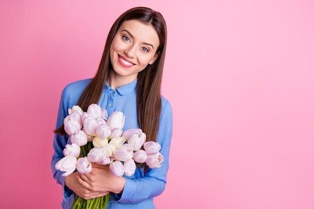 Photo de jolie dame ravie tenant un gros bouquet de tulipes blanches fraîches dans les mains