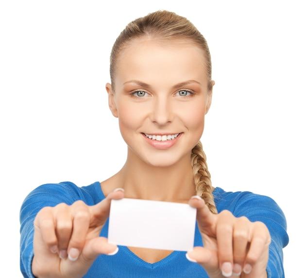 Photo de jolie femme d'affaires avec carte de visite