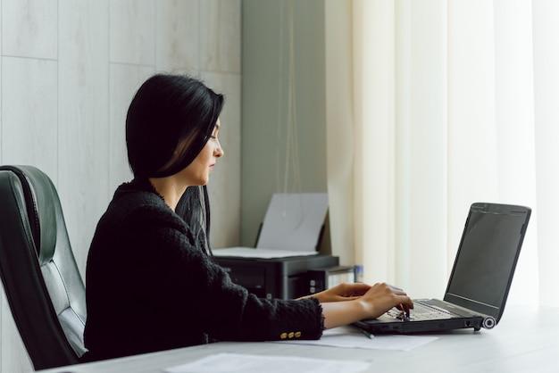 Photo d'une jolie femme d'affaires mature travaillant sur un ordinateur portable dans son poste de travail
