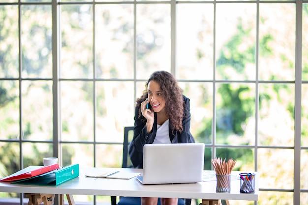 Photo d'une jolie femme d'affaires mature travaillant sur un ordinateur portable dans son poste de travail.