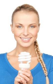 Photo de jolie femme avec ampoule à économie d'énergie
